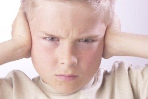Niño escuchando en crianza