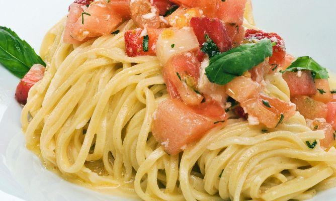 Espaguetis con Tomates, Albahaca y Ajo