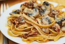 Fettuccini con Tomates y Champiñones