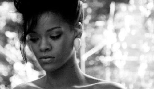 Rihanna volvió a posar para Armani