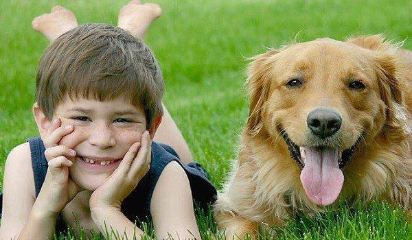 Niños y mascota en casa
