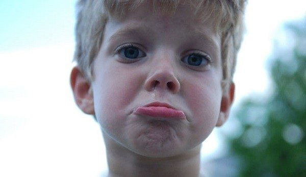 Niño triste castigado