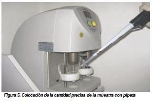 Colocación de la cantidad precisa de la muestra con pipeta