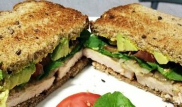 Sandwich de aguacate y pavo