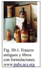 Frascos antiguos y libros con formulaciones