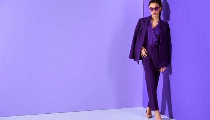 Consejos para Vestirse de Morado y Verse a la Moda