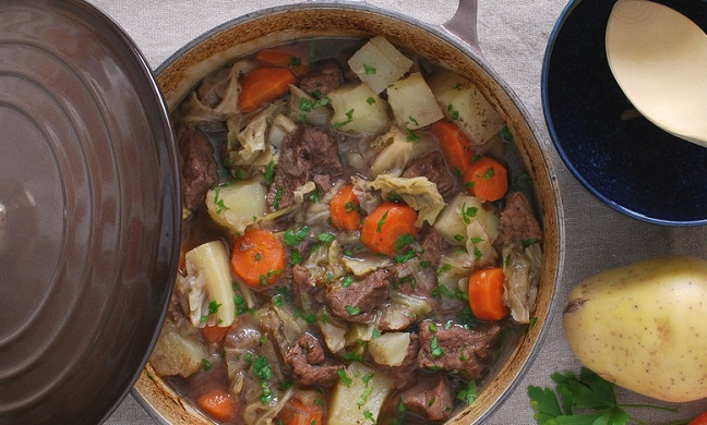 Estofado Irlandés con Repollo y Zanahorias