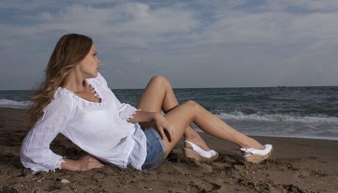 Aprende a combinar las blusas blancas que tienes en tu armario